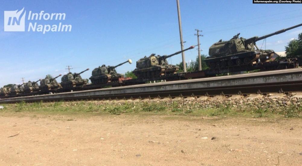 Ett tåg med 152 mm bandhaubitsar 2S19 Msta-S till Klintsy